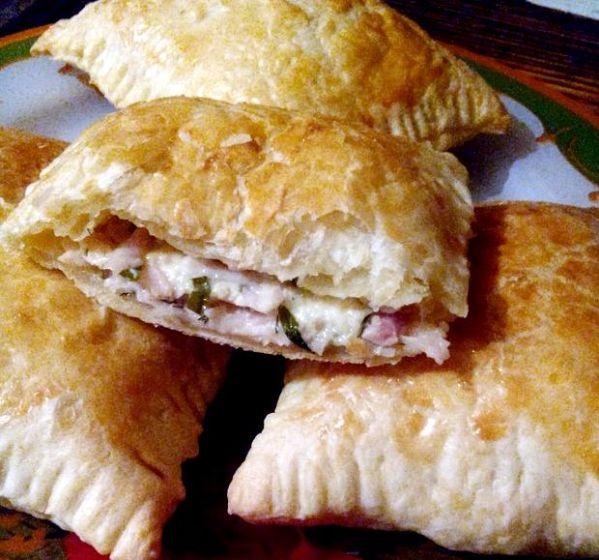 Пирожки из слоеного теста с ветчиной и сыром рецепт с фото