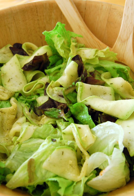 Salada verde com abobrinha laminada