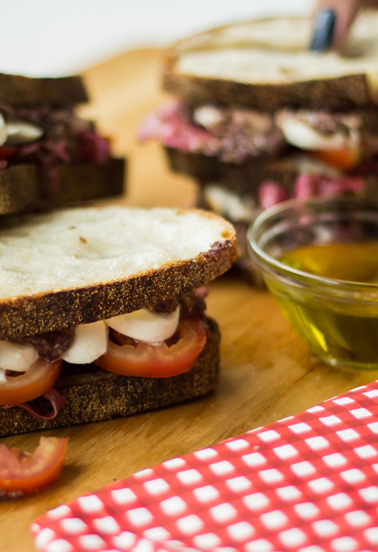 Sanduíche de Tapenade com mozzarella de búfala