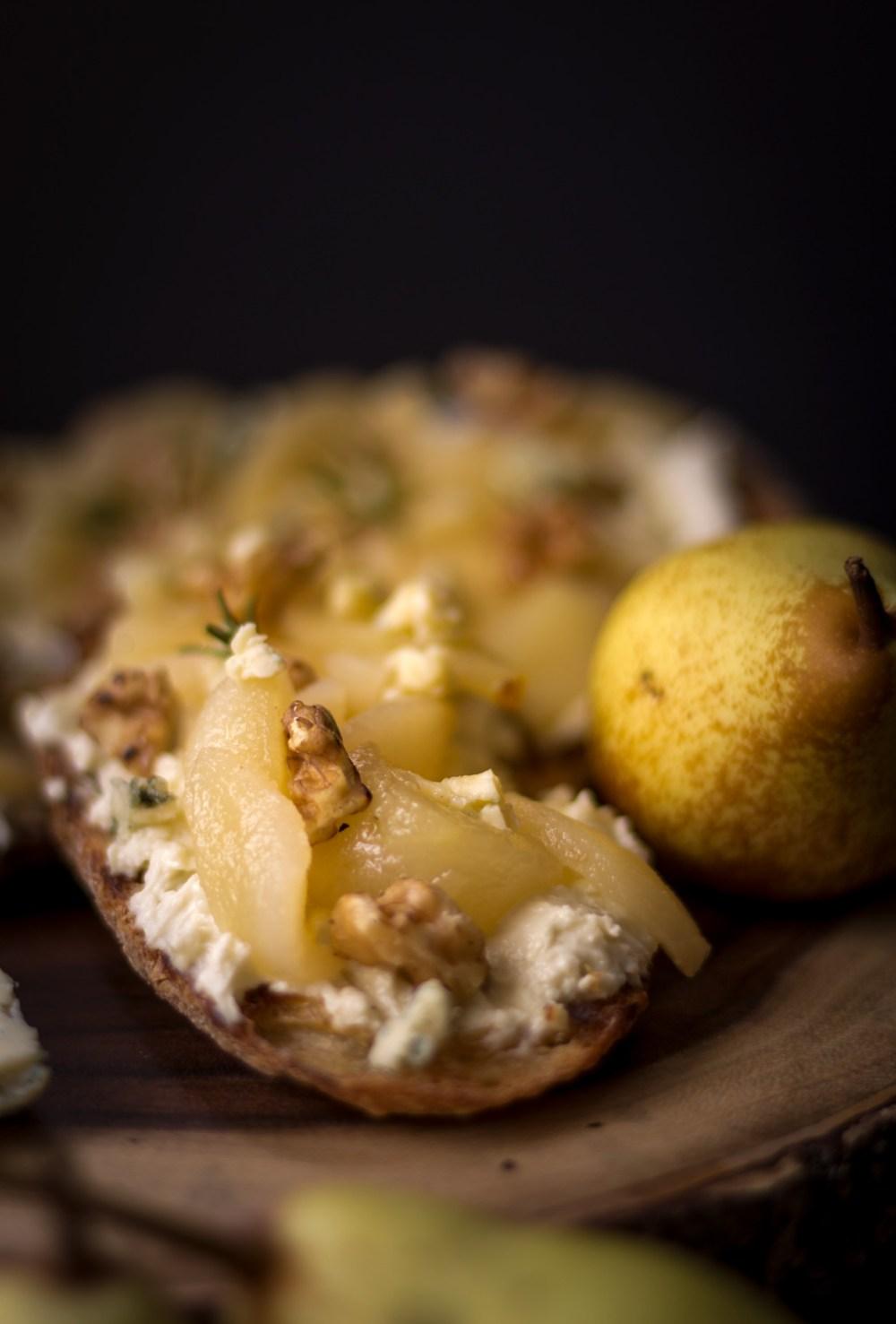 Sanduíche aberto de pêra com gorgonzola