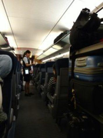 Interior de tren con equipaje