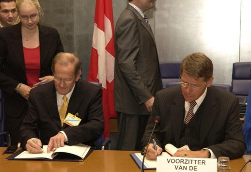 Bundesrat Joseph Deiss bei der Unterzeichung der Bilateralen II mit dem niederländischen Ratsvorsitzenden Jan Donner im Jahr 2004 (Foto: Rat der Europäischen Union)