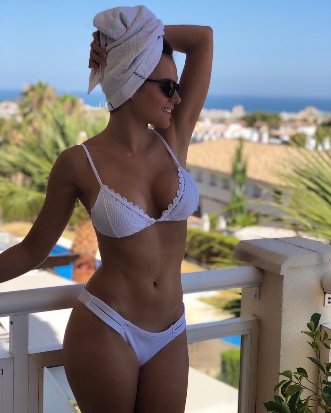 Melody se desnuda en ropa interior