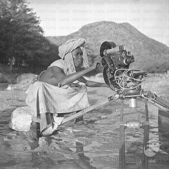 Dubat dietro una macchina da presa la osserva con curiosità, Reparto A.O.I. (Africa Orientale Italiana), 1936