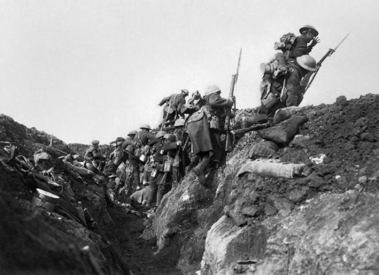 Truppe britanniche balzano fuori dalla loro trincea, ore 07:30 del 1º luglio 1916; ha inizio la battaglia della Somme, IWM