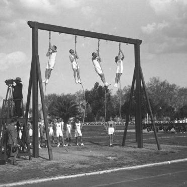 """Archivio Luce, Reparto Attualità, servizio fotografico n. 297 del 31.03.1930, """"Saggio ginnico-militare di un gruppo di allievi della scuola di educazione fisica alla Farnesina"""""""