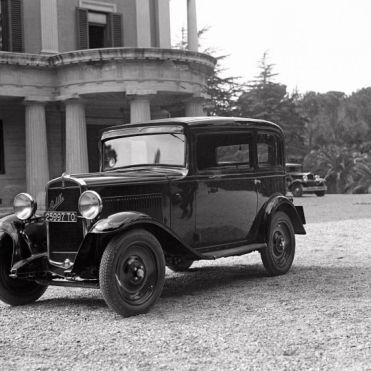 """Archivio Luce, Reparto Attualità, servizio fotografico n. 160 del 08.04.1932, """"Uno degli esemplari della Balilla parcheggiato davanti al palazzo principale di Villa Torlonia"""""""