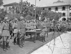 Fig. 6. Archivio Luce, Reparto Attualità, servizio fotografico n. 219 dell'8 maggio 1937, Roma - Caserma Macao - Il Duce consegna le medaglie al valore militare alle famiglie dei caduti in A.O.