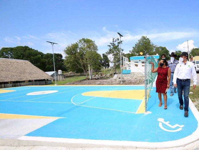 Entregan canchas y módulos comunitarios en Bacalar