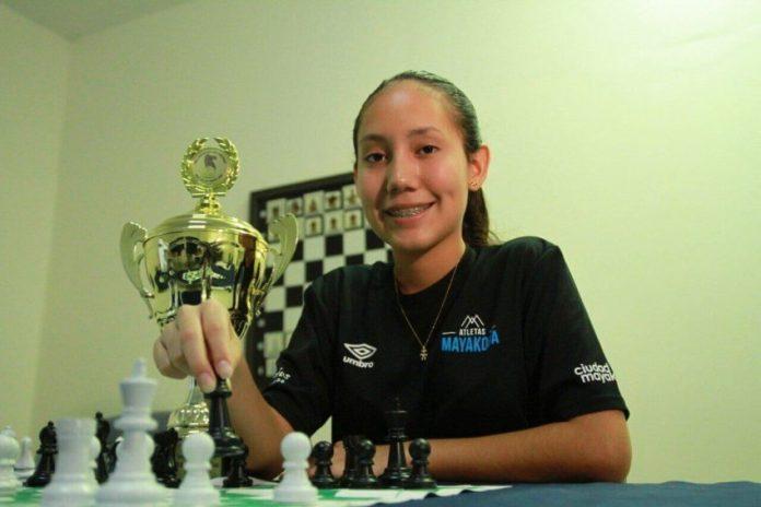 Convocan a Hiromi Carrillo para jugar ante Perú