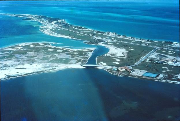 El relleno más extenso de la isla tuvo como destino el primer campo de golf de Cancún, que también albergó lo que sería el fraccionamiento más exclusivo durante las primeras décadas de Cancún.
