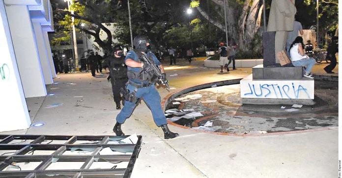 Repelen con balas marcha en Cancún