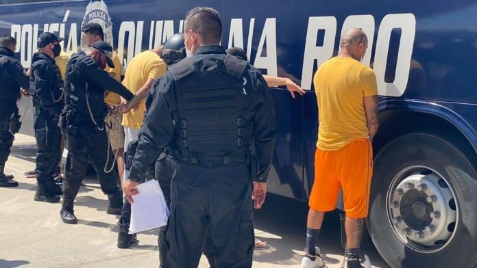 Trasladan 33 presos de QR a penales federales