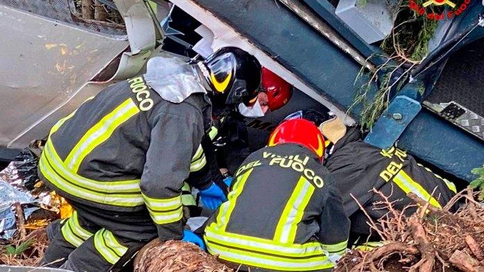 Mueren 13 al fallar teleférico en Italia