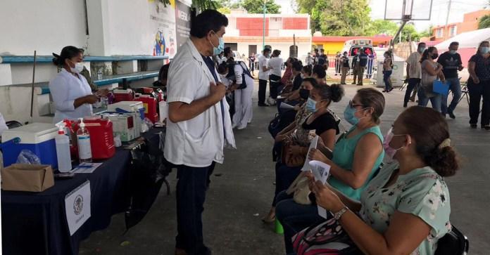IMSS aplica vacunas a docentes
