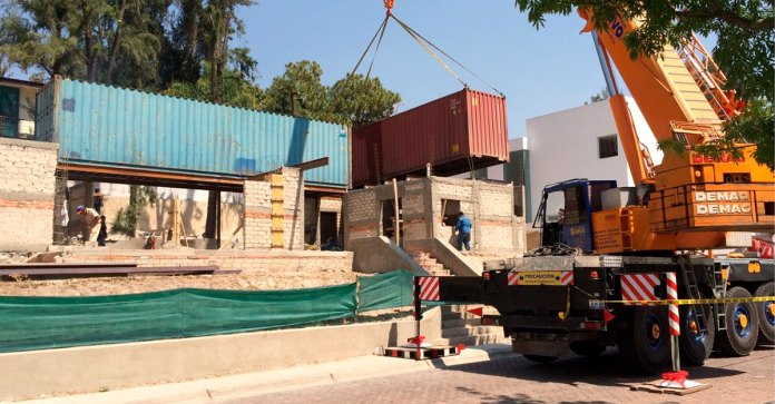 Construyen casas con contenedores viejos de carga