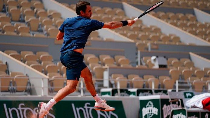 Avanza Roger Federer en Roland Garros