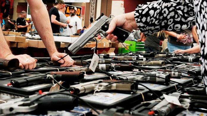 Impiden en EU comprar armas a 300 mil personas