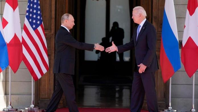 Tienen Biden y Putin cumbre breve y sin hostilidad