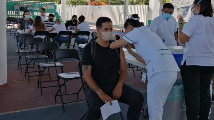 Desairan jóvenes primer día de vacunación en Cancún