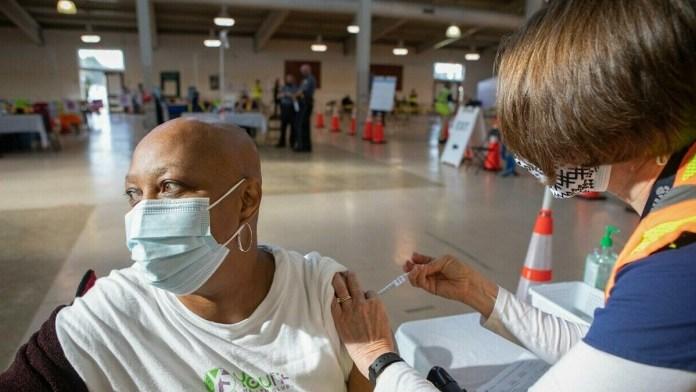 Apuran vacunación por avance de Delta