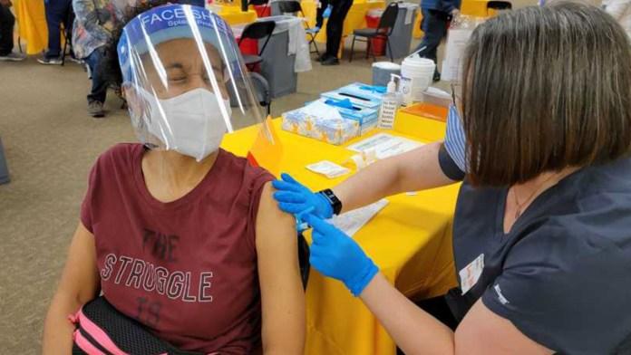 California exigirá vacuna o prueba semanal a maestros