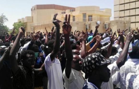 Sudán: el levantamiento popular ha derribado al dictador pero el régimen intenta permanecer en el poder