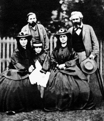 Marx y sus hijas junto a Engels