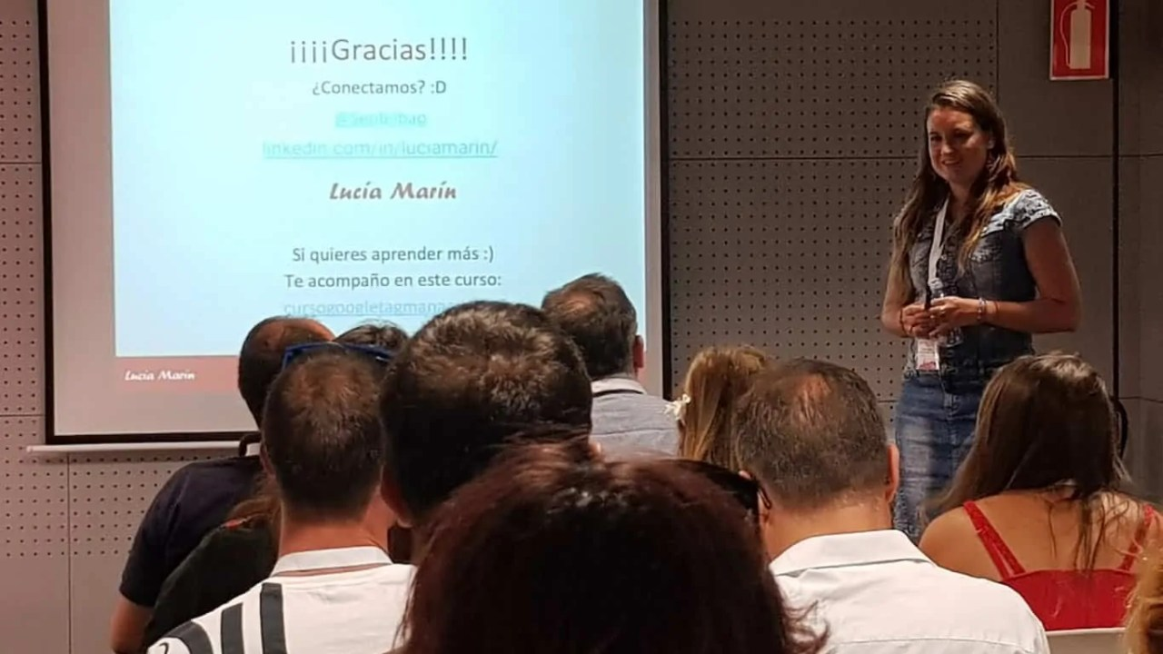 Lucía Marín en ponencia sobre Google Tag Manager y Analytics - Evento Marketineo Burgos - Digital Fest