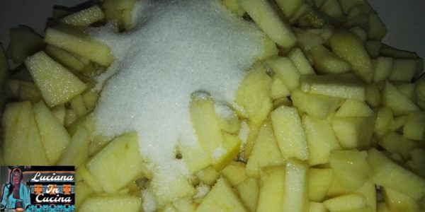 Versarle le mele in una pentola insieme allo zucchero.