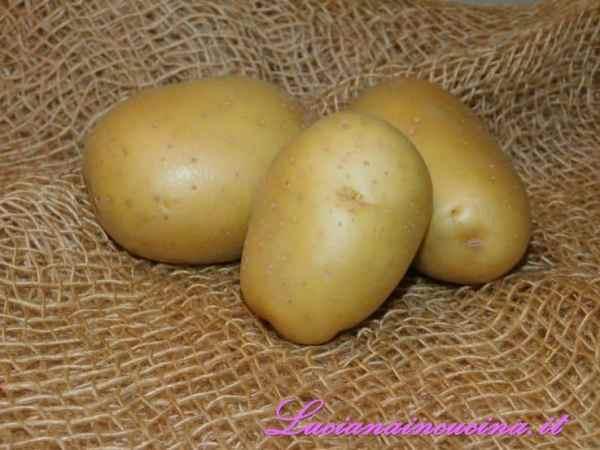 Lessare le patate, schiacciarle ed impastarle con la farina fino a formare dei rotolini che taglieremo per ricavare gli gnocchetti. Volendo, passarli sul dorso di una forchetta per dargli la classica forma a righe.