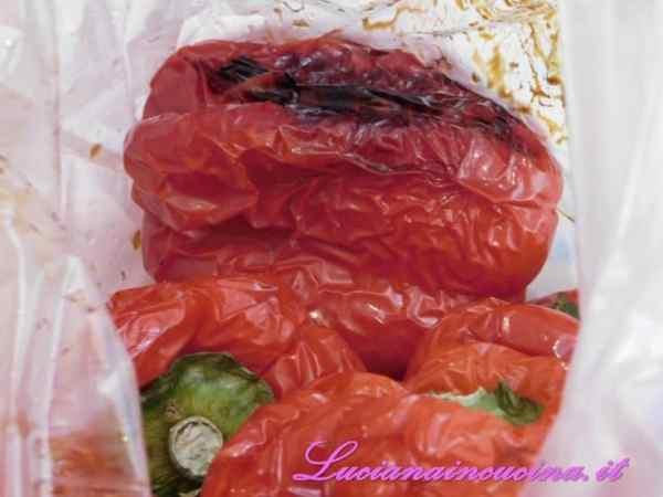 Terminata la cottura metterli in un sacchetto per alimenti oppure in un sacchetto di carta del pane fino al raffreddamento. In questo modo potremo sbucciarli in un attimo e senza fatica.