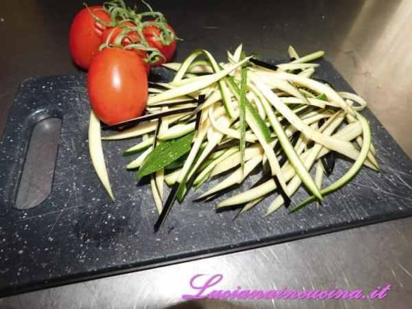 Tenere da parte le fette con la buccia di melanzana e zucchina e tagliarle a listarelle sottili.