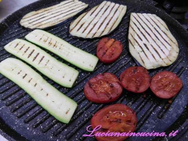 Grigliare su entrambi i lati le verdure.