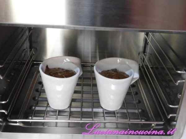 Versare la mousse in 2 coppette e passare in abbattitore per un'ora oppure in frigorifero per 3 ore.