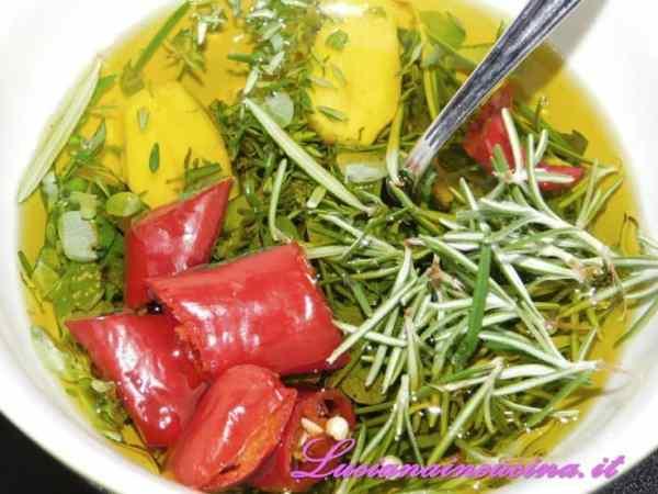 Preparare in un recipiente la marinatura unendo tutte le erbe con l'olio ed il succo di limone.
