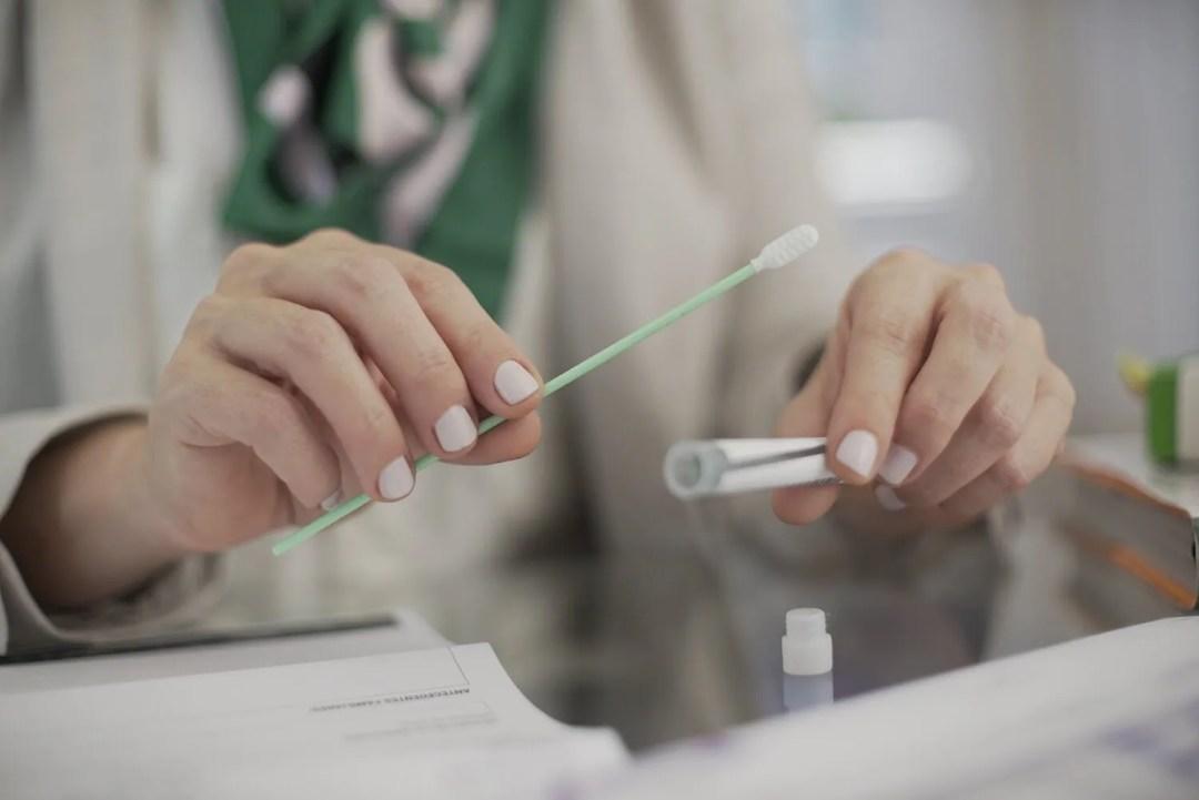 manos de nutricionista realizando test de nutrigenética