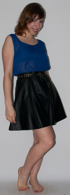 Look do dia: como usar blusa transparente de chiffon com short de couro, cardigan florido e bota de spikes. Blog de moda