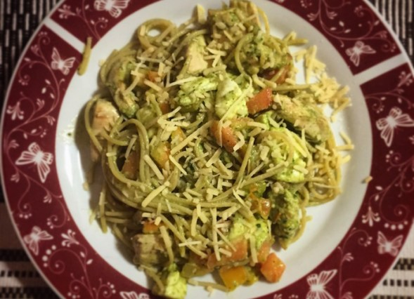 receita spaghetti ao pesto com frango, mussarela de bufala e tomate50