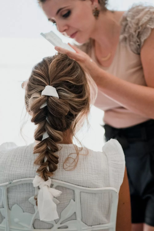 coiffure queue de cheval tresse ruban blanc mariée