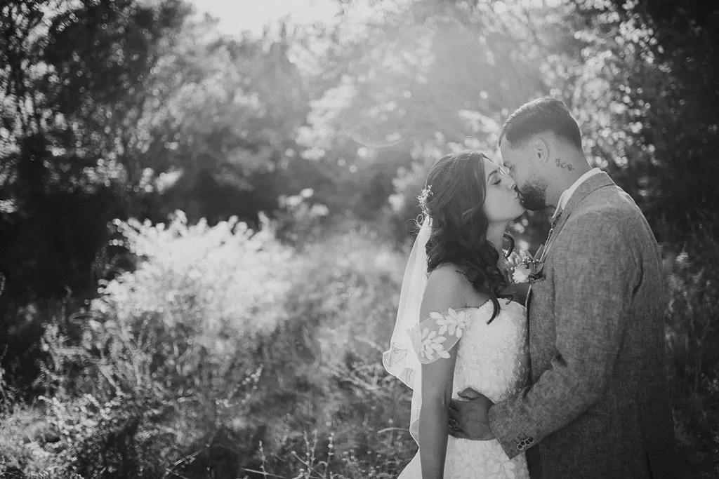 cheveux long détachés bouclés de la mariée en photo de couple dans la nature en noir et blanc