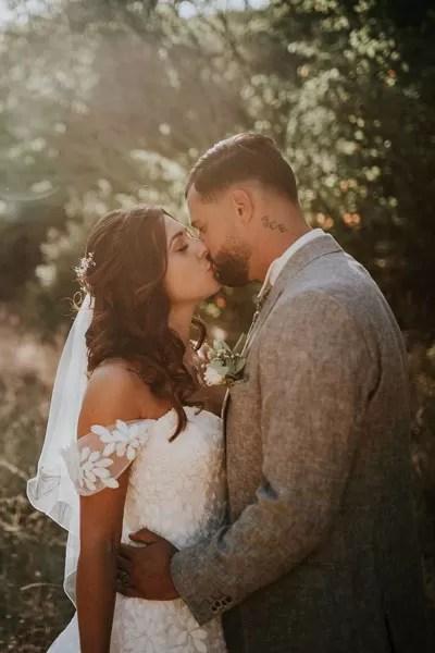 mariée cheveux détachés long avec voile dans la nature en forêt avec une robe de mariée col bateau