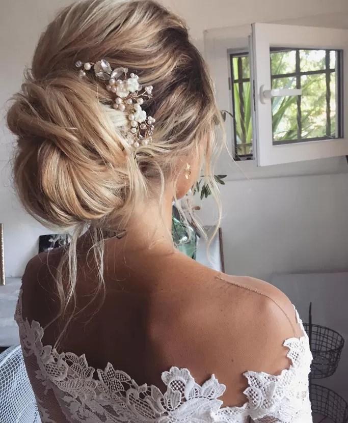 Chignon bas décoiffé mariée-chignon mariée blonde-bijoux de cheveux perle chignon mariage