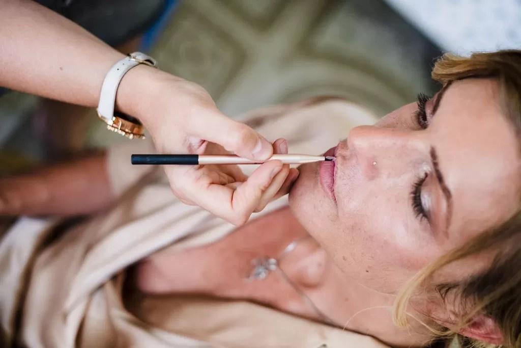 maquillage préparatif de la mariée rouage à lèvres
