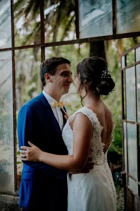 photo de couple avec mariée à chignon bas