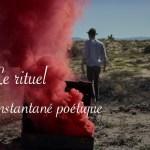 des fumigènes rouges sortent d'un coffre dans le désert. Le rituel par Lucie Choupaut
