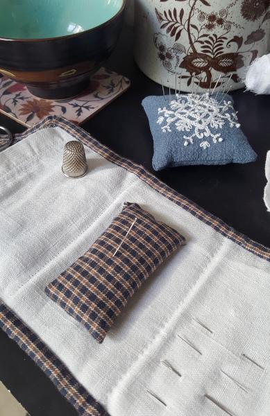 détail du coussin pique-épingles cousu dans le porte-aiguilles 1880