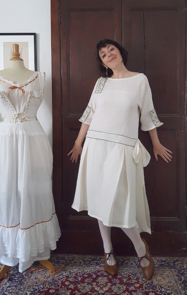 devant de la robe d'été 1924 écrue avec galon brodé