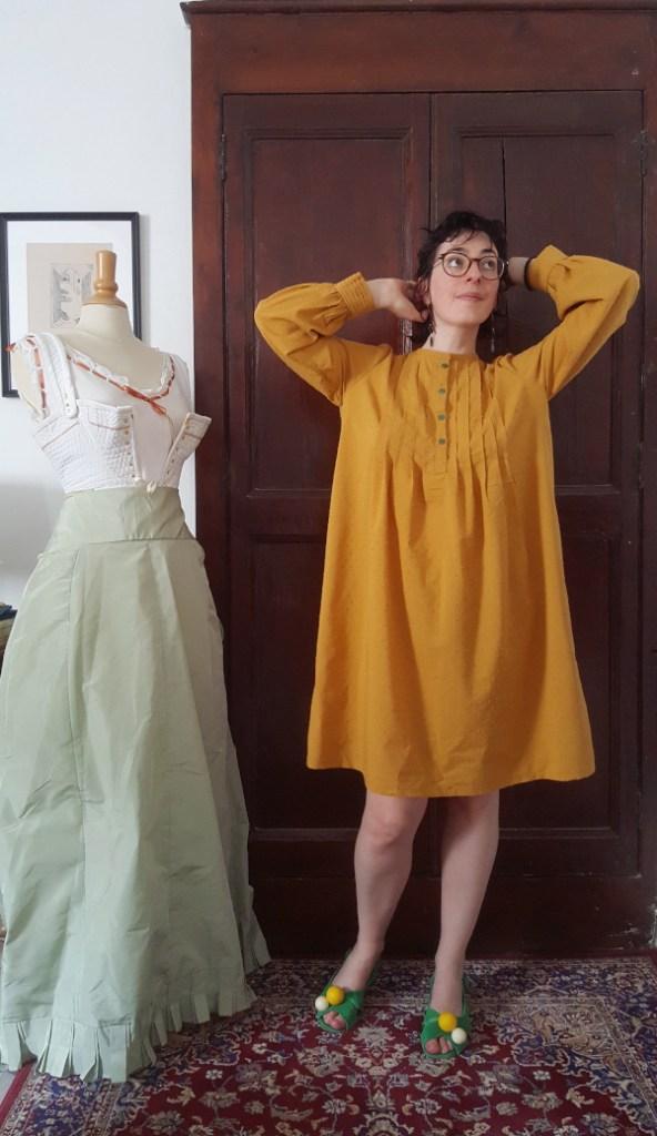 ma robe Atlas pour la plage en coton plumetis jaune moutarde devant