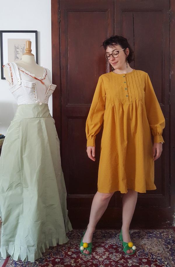 robe Atlas pour la plage en coton plumetis jaune moutarde devant